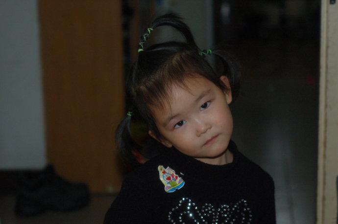 小宅女剪头发前的一组居家照片:表情和动作
