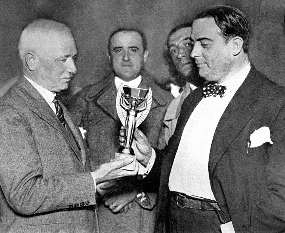 1930年,首届世界杯在乌拉圭拉开帷幕,至2010年,已走过80年历史。已经结束的18届世界杯里,乌拉圭、意大利、德国、巴西、英格兰、阿根廷和法国七个国家举起过冠军奖杯。 - XYZ - 余 水 ( XYZ )