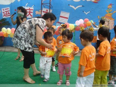 在我们小小班跳舞时在吹气球