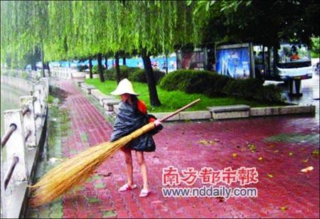 """感动中国""""12岁女孩替母扫街"""" - 老刘说天下事 - 未来水世界"""