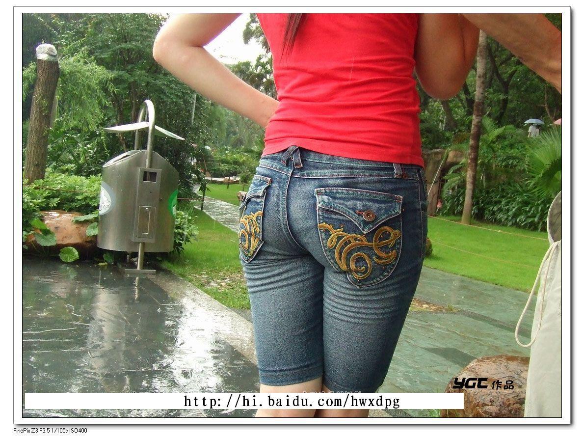 着紧身牛仔短裤的幸福情侣美臀