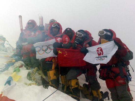 奥运火炬今晨登顶珠峰 创造登上世界第三极新纪录 - vincent - vincent