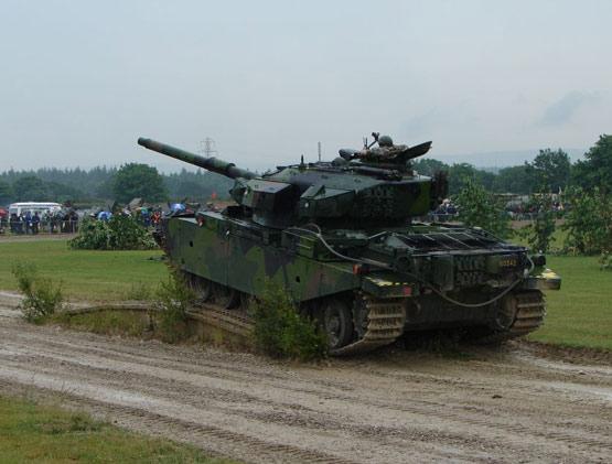 图文:瑞典IKV-91轻型坦克通过障碍