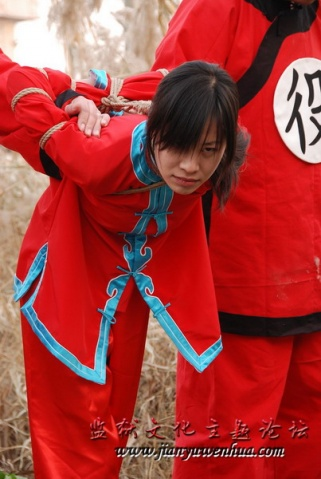 挂罪牌的女犯游街公审-漂亮红罪衣女囚-红罪衣9图片