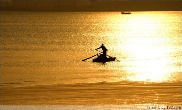 [原]后海湾·余晖·渔船 - Tarzan - 走过大地