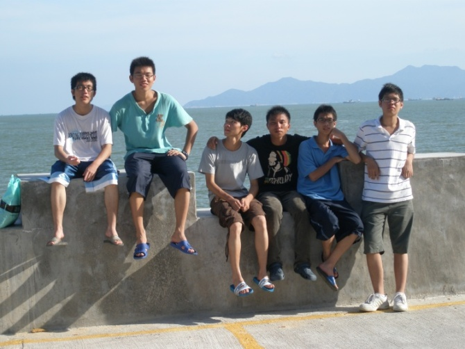 12男孩拖鞋光脚图片