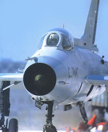 """并与f-16和""""幻影""""等飞机进行空中""""格斗"""""""