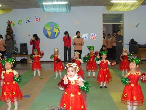 小班幼儿表演歌舞《小动物走路》
