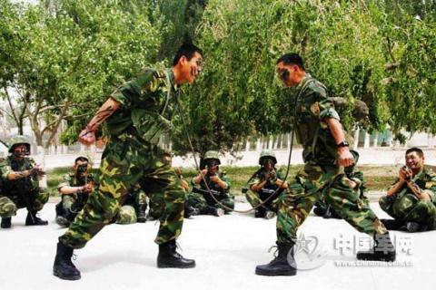 新疆军区侦察兵单枪匹马闯敌阵捕捉俘虏 - 一片军心 - 军心飞扬