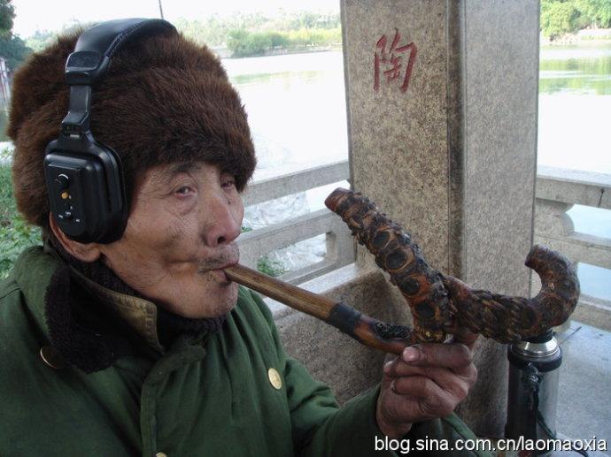 抽竹烟斗的老人(随走随拍图片) - 老猫侠 - 老猫侠的博客