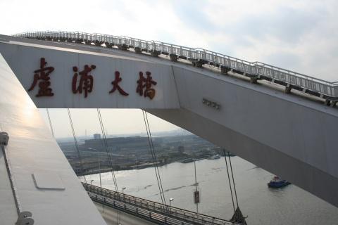 《世界第一钢结构拱桥,跨度550米,比美国弗吉尼亚大桥长出32米》