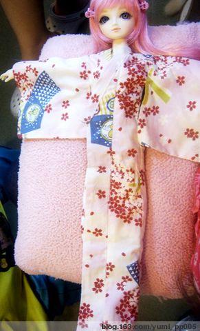 日本浴衣通常都是很長的,我們可以用皮筋在盤骨的 ...