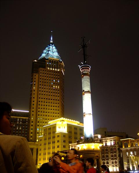 亮的部分,很像帝国大厦~~旁边的克莱斯勒大厦的楼顶-夜上海