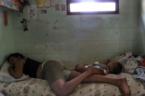 麻醉师睡眠薬女犯人-大多数时间是靠睡觉打发的.-辛酸 阿根廷女囚和她的孩子图片