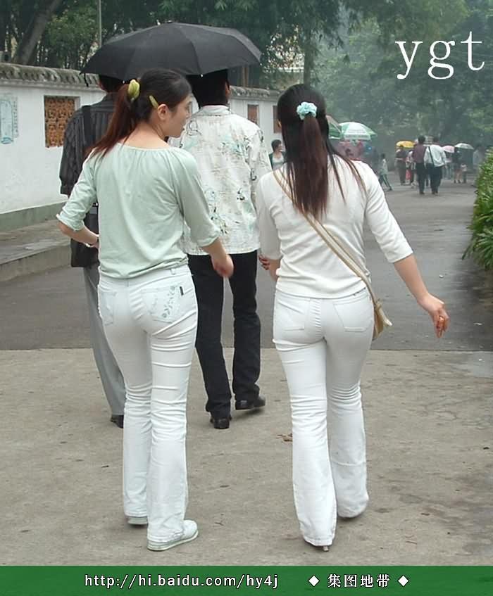 街拍白裤紧臀美女_白裤紧臀扭啊扭扭出了诱惑扭出了美