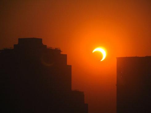 当太阳变成上弦月 - 胡灵 - 灵 一片天空