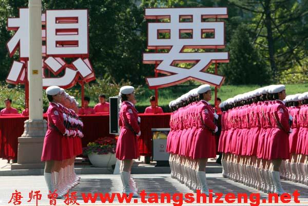 """转贴著名摄影记者唐师曾拍国庆阅兵女兵相片:""""想要"""" - 雷颐 - 历史的进退"""