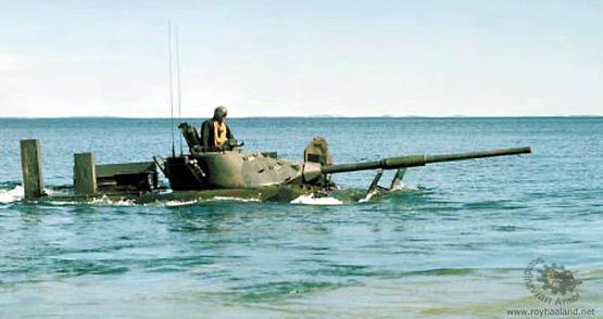 图文:瑞典IKV-91轻型坦克水上功夫不俗