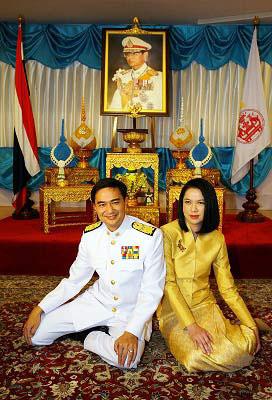 阿披实和妻子。17日,泰国国王正式批准阿披实就任总理。