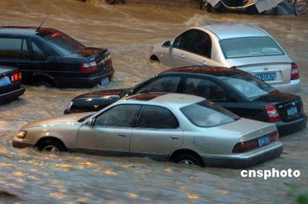山东济南遭受特大暴雨袭击22人死亡(组图)
