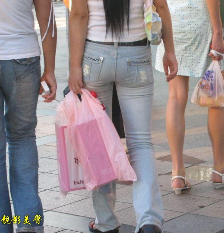 正点的紧身灰白牛仔裤美女 腿夹得很紧喔!5P