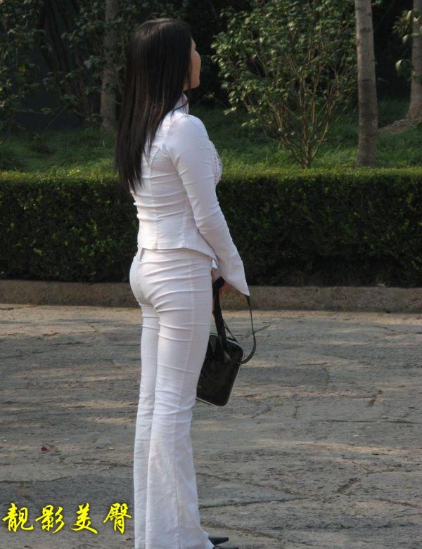 少妇的b地图片_极丰满诱人的紧身白裤少妇,让你下面立即顶起来!(4p)