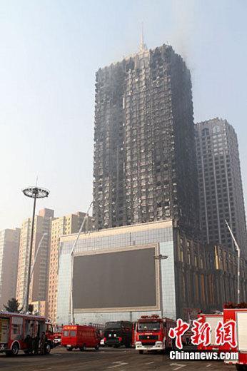 2月3日零点13分,沈阳五星级皇朝万鑫酒店发生严重火灾,截至14时,遭遇火灾的酒店仍有浓烟冒出。中新社记者 沈殿成 摄