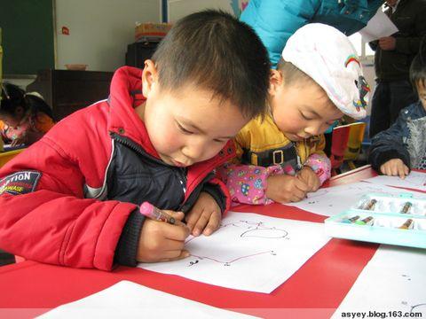 照黑板上数字的顺序来连线,连出 不仅练习了数数,而且让幼儿对笔