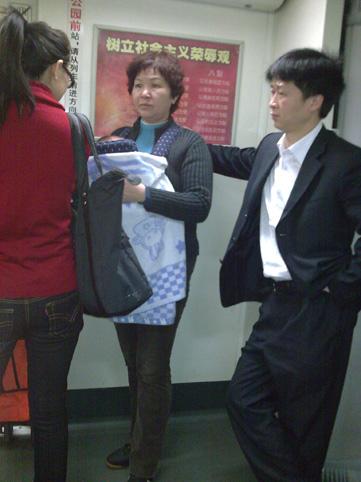 广州地铁里的坚强祖母(图) - 徐铁人 - 徐铁人的博客