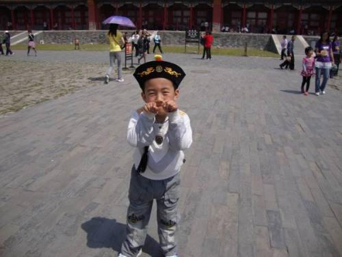 我儿故宫摆Cult电影经典Pose  引来外国游客合影 - weijinqing - 江湖外史之港片残卷