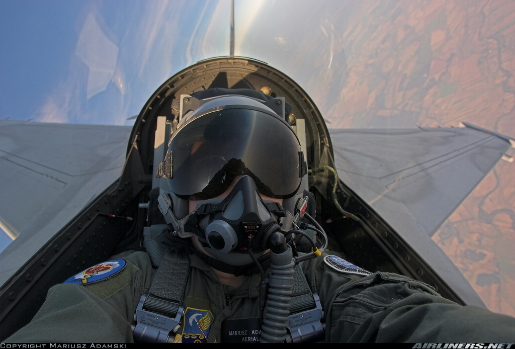 战机飞行员空中自拍图片