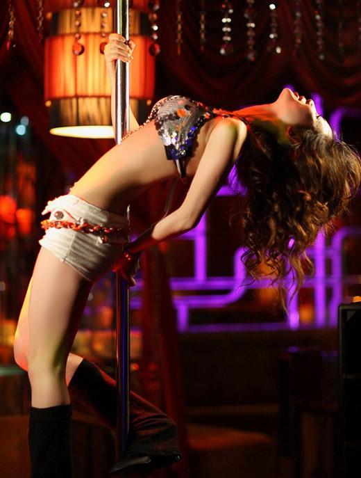 激情四射 性感美女演绎钢管舞 阿军的日志
