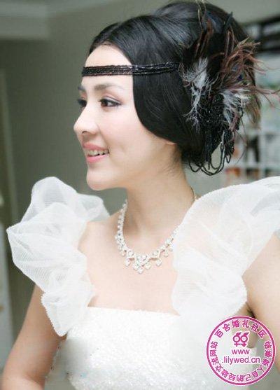 黑色珠帘搭配黑色羽毛配饰,将新娘演绎成埃及神秘的王后