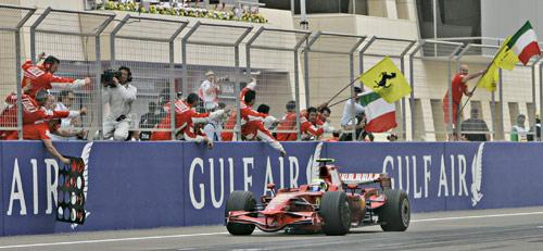 图文:[F1]巴林大奖赛正赛 马萨第一个冲线