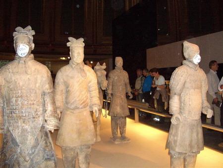中国兵马俑被伦敦环保抗议者戴反污染口罩-保护环境不能践踏文明 - liblog - Liblog 第九传媒