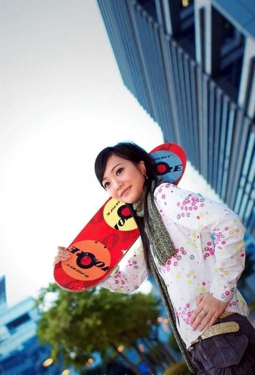 花衣少女玩滑板清纯可人【组图】 - 心灵之约 - .