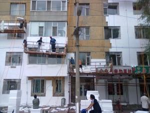 老楼房在实施保暖工程 贴保利垄板