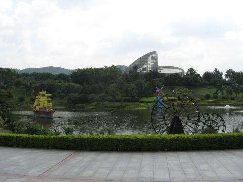 带有圆柱体建筑物-面,有着一欧式圆柱建筑,依山伴水,宁静怡然,让人不能不赞叹:青图片