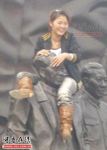 【转贴图片】只有无知无耻的人才会骑在毛主席肩上 - 南山客 - 南山客 博客