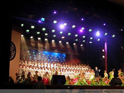 校庆 我在舞台上 (四张照片) - 英 - 老三届 老知青 老大姐的博客