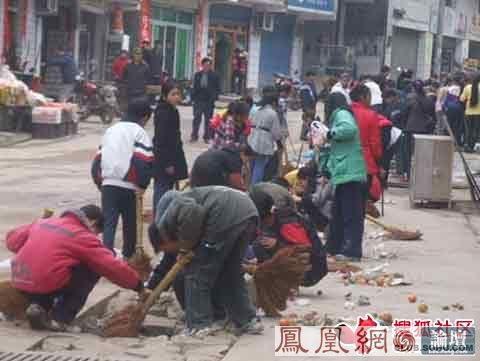 重庆某镇为迎日本考察团派百余小学生扫街 - 反日·2009 - 中国网议