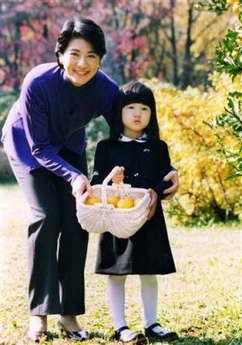 日本皇室公布4岁小公主爱子生活照