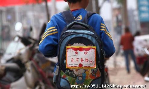广西桂林海洋乡墙面上的标语。安全套必备保平安。