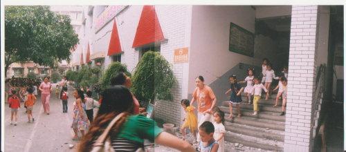 赵亚辉:地震时老师怀抱学生背挡垮塌墙壁(图) - 赵亚辉 - 赵亚辉
