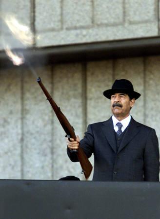 图文:黑衣人萨达姆开枪