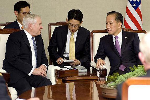 美国国防部部长盖茨(左)与国防部长金泰荣举行会谈。图片来源美国国防部官方网站。