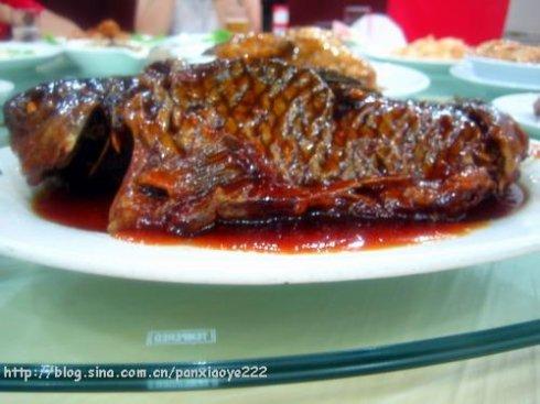 的罾(ceng三声)蹦鲤鱼,带鳞油炸,骨酥肉嫩,酸甜口的.味道超