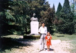1990年在北京大学蔡元培雕塑前