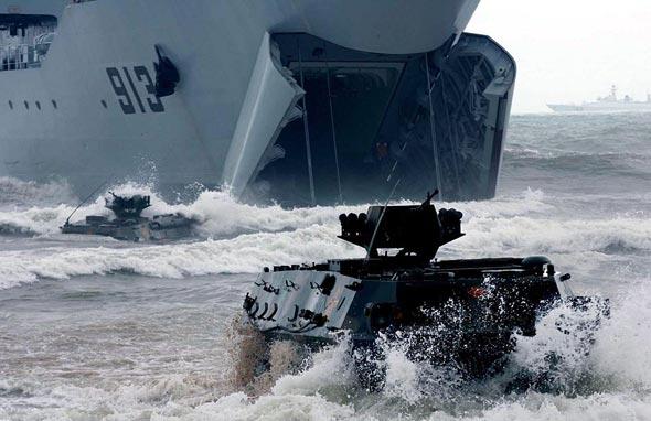 图文:92式步战车驶出072II登陆舰向滩头进攻