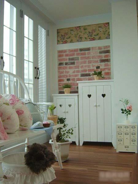 休闲区的可爱收纳柜,墙壁是两种不同的墙纸。